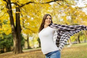 jonge zwangere vrouw in de herfst park