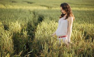 portret van een vrouw op het veld granen foto