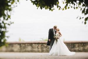 bruid en bruidegom kussen foto