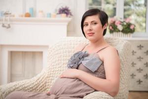 zwangere vrouw die haar baby verwacht foto