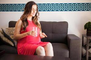 zwangere vrouw die aspirine neemt foto
