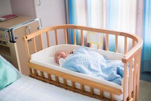pasgeboren babyjongen in ziekenhuisbed foto