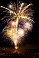 helder kleurrijk vuurwerk in de nachtelijke hemel foto
