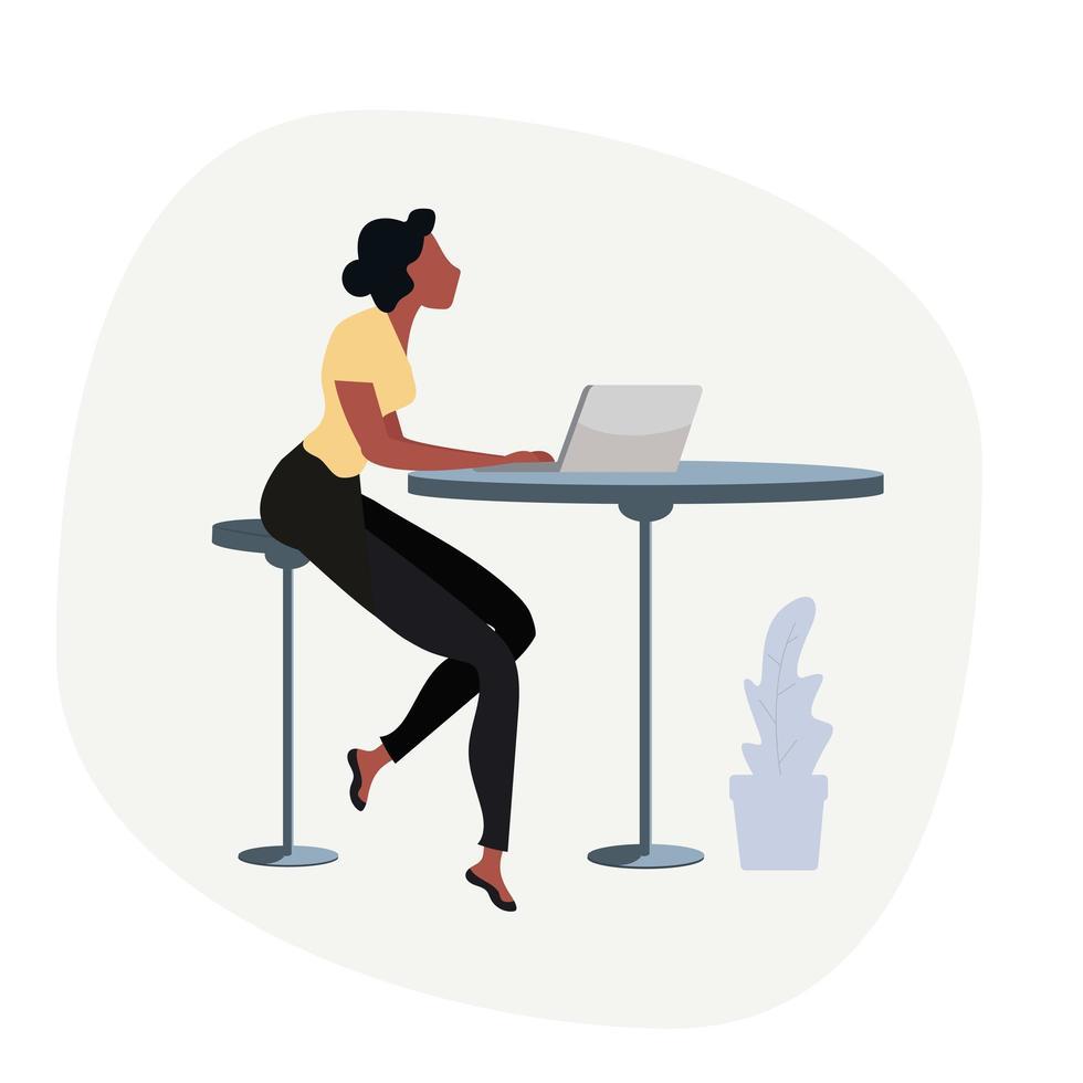 zakenvrouw die op laptop werkt vector