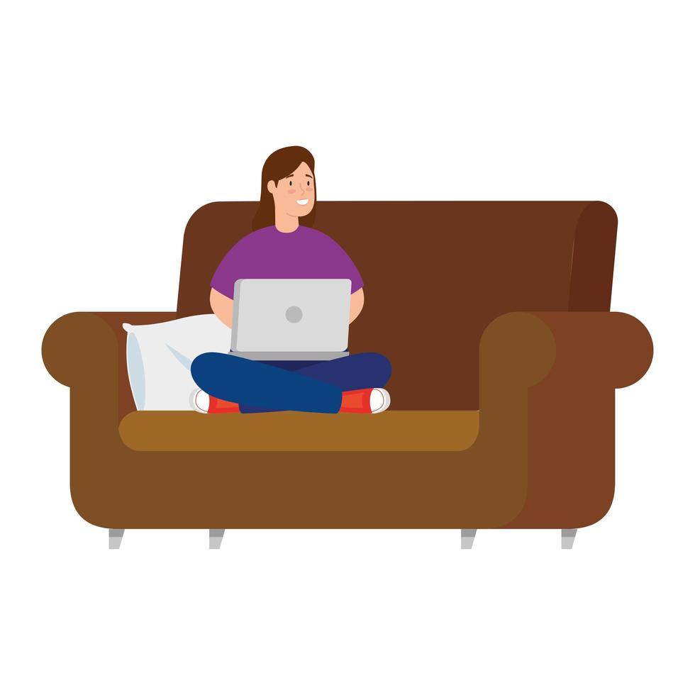 vrouw die met haar laptop op de bank werkt vector