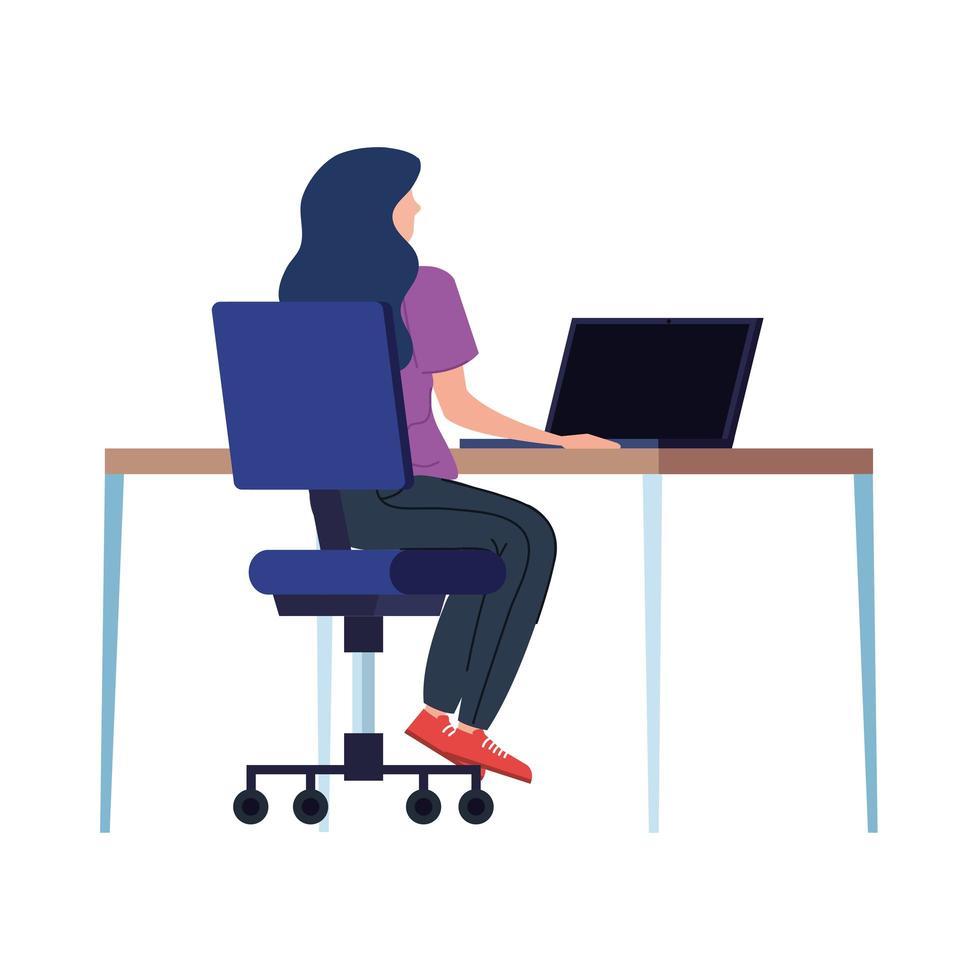 vrouw die op de laptop op de werkplek werkt vector
