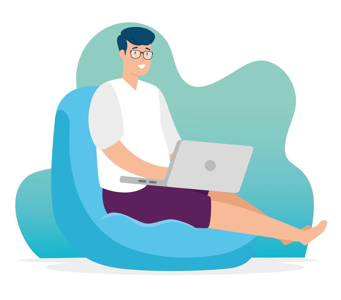 man op een zitzak die met zijn laptop werkt vector