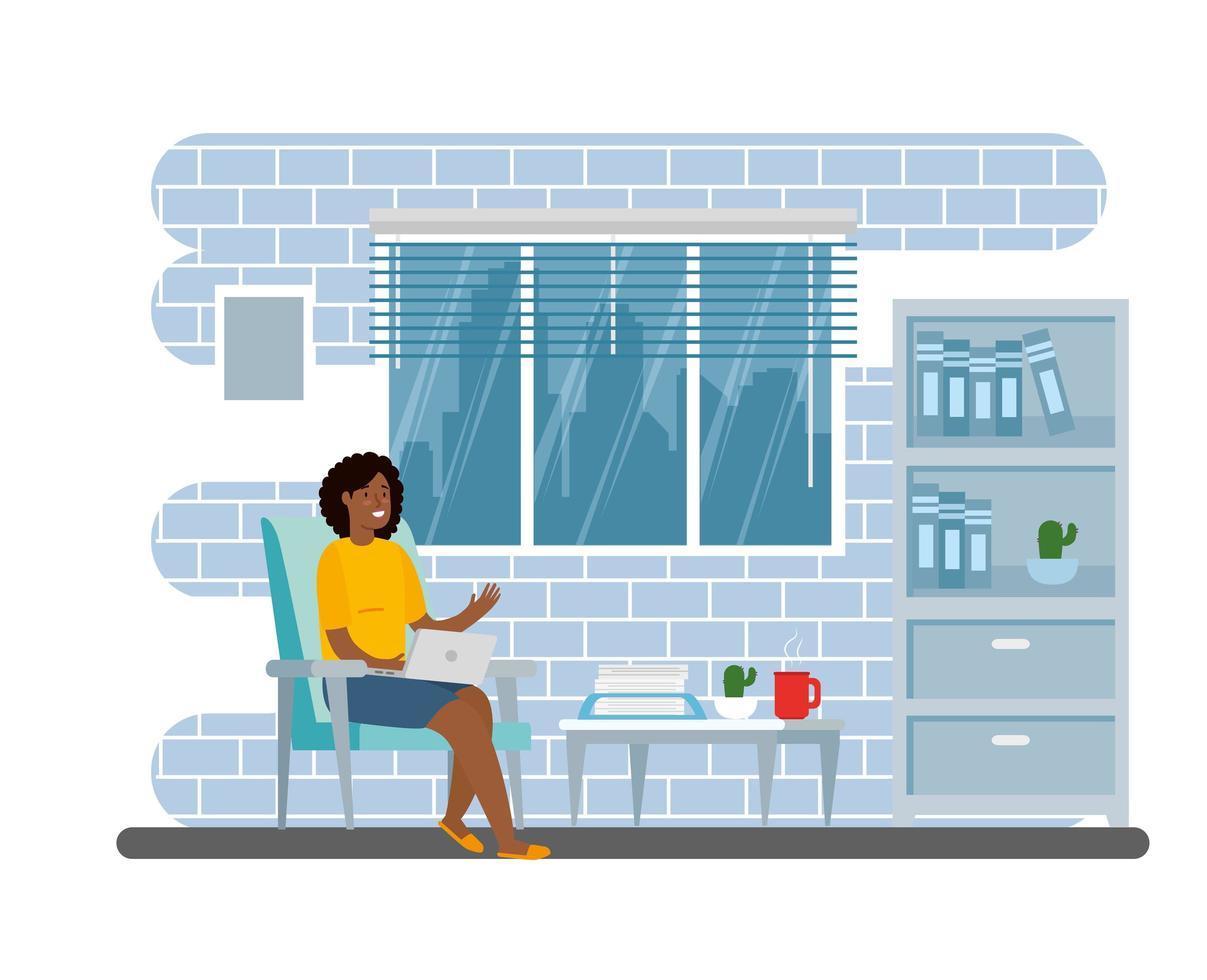 vrouw die op de laptop binnenshuis werkt vector