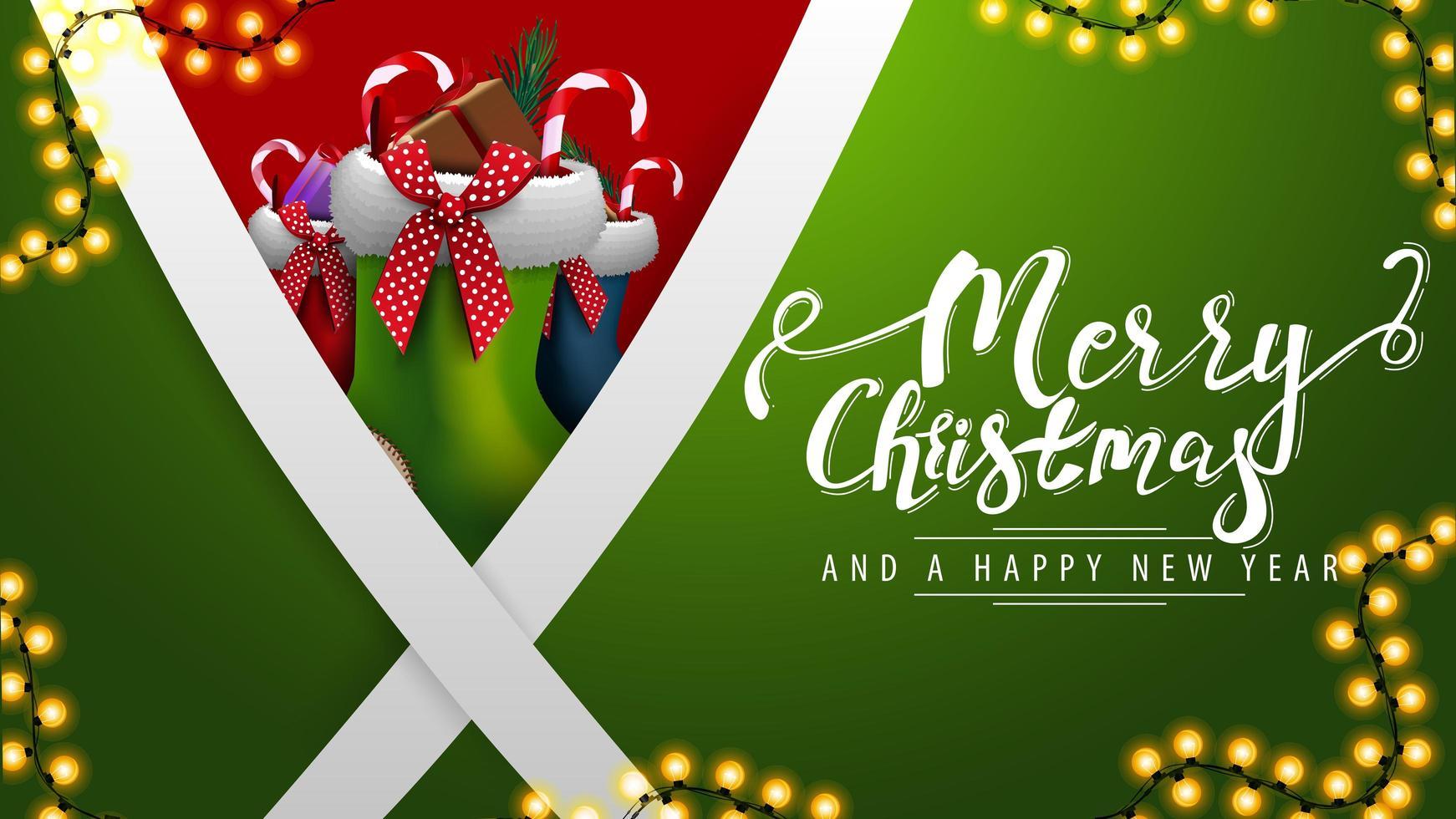 prettige kerstdagen en een gelukkig nieuwjaar, groene ansichtkaart met diagonale witte lijnen en kerstsokken erachter vector