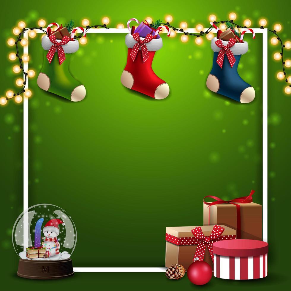 groen vierkant sjabloon voor uw creativiteit met slinger, wit frame, cadeautjes, sneeuwbol, kerstsokken en plaats voor uw tekst vector