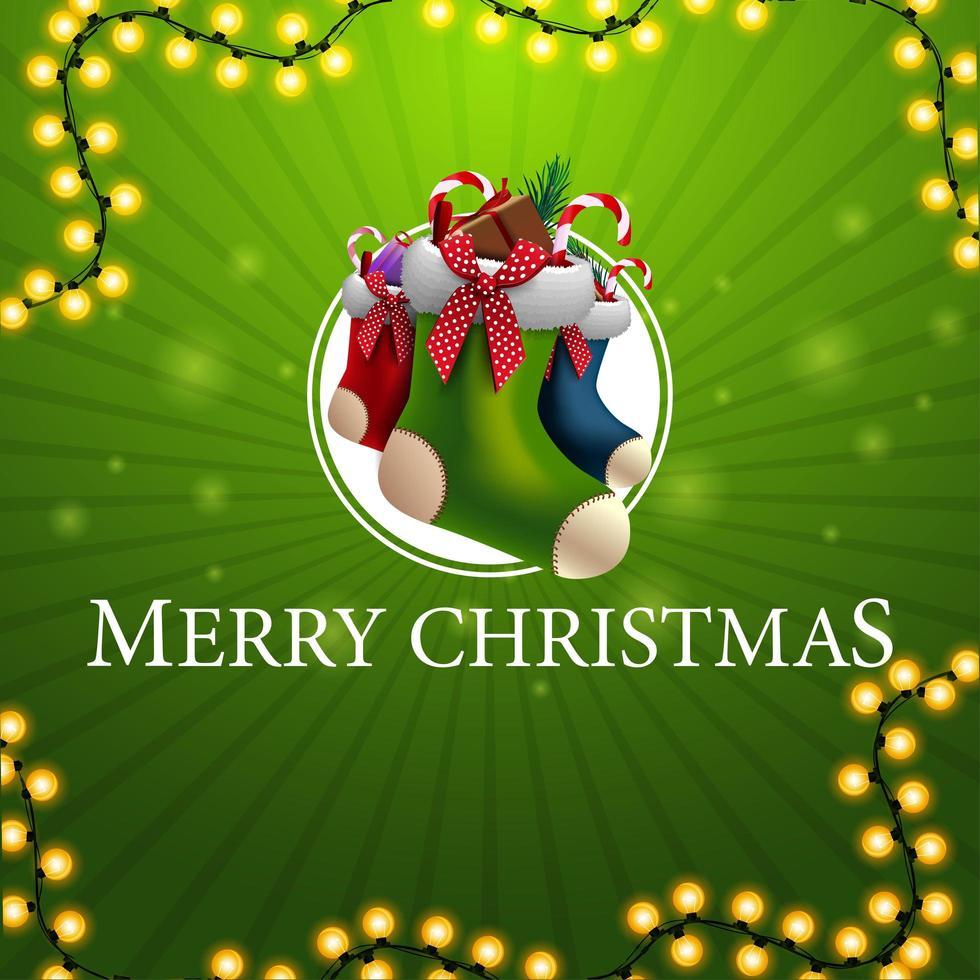 vrolijk kerstfeest, vierkante groene wenskaart met slinger en kerstsokken vector