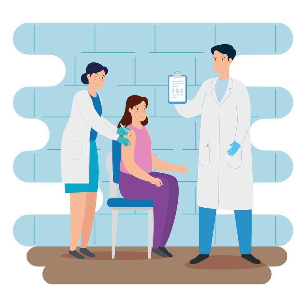 arts die een vrouw in de spreekkamer vaccineert vector