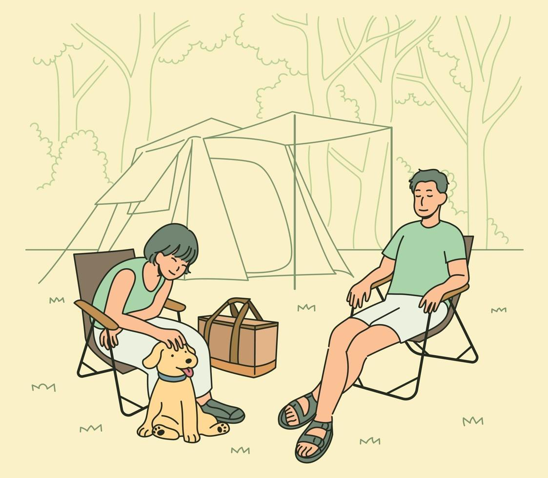 een man, een vrouw en een hond kamperen samen in de natuur. hand getrokken stijl vector ontwerp illustraties.