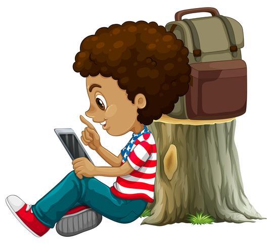 Een Afrikaanse jongen die tablet gebruikt vector