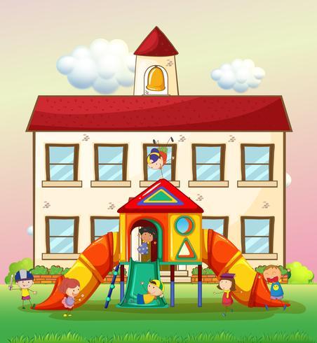 Kinderen spelen een dia op school vector