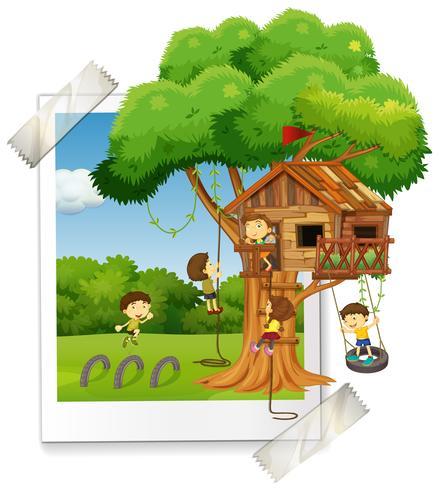 Veel kinderen spelen in boomhut vector