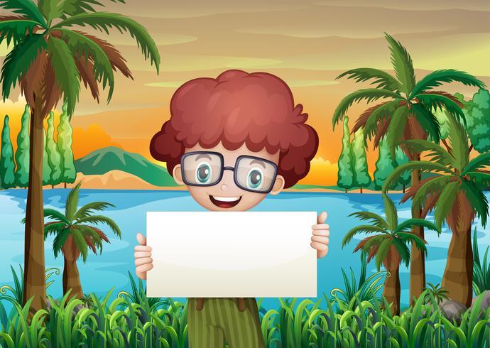 Een glimlachende jongen die een leeg uithangbord houdt vector