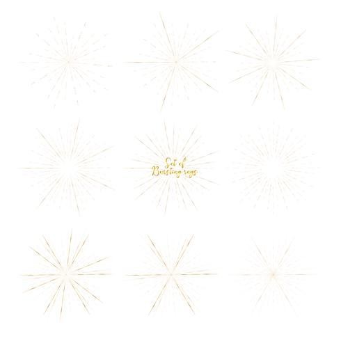 Reeks gouden die zonnestraalstijl op witte achtergrond, Barstende stralen vectorillustratie wordt geïsoleerd. vector