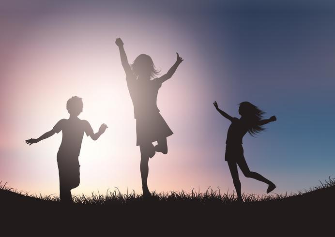 Silhouetten van kinderen die tegen zonsonderganghemel spelen vector