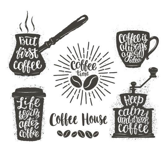 Koffie belettering in beker, grinder, potvormen. Moderne kalligrafie citaten over koffie. Vintage koffie objecten instellen met handgeschreven zinnen. vector