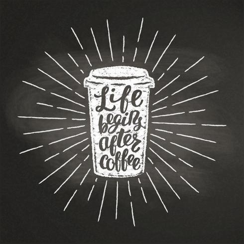 Krijt getextureerde papier koffie kopje silhouet met vintage zonnestralen en belettering op zwarte bord. Vector coffee-to-go-mokillustratie voor drank en drank. menu caféthema, poster, t-shirtdruk, logo.
