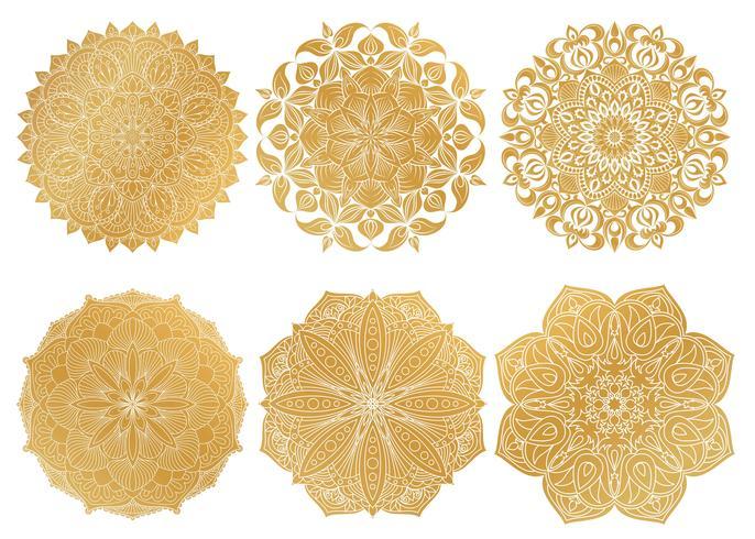 Set van 6 handgetekende gouden Arabische mandala op witte achtergrond. Etnische sieraad. vector