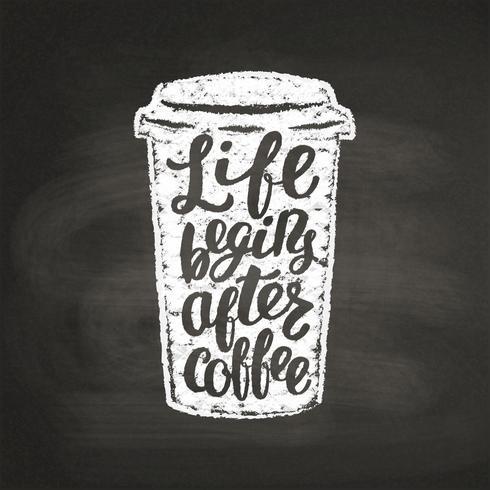 Krijt getextureerde papier beker silhouet met belettering Leven begint na koffie op zwarte bord. Koffie om mok met met de hand geschreven citaat voor drank en drankmenu of koffiethema, affiche, t-shirtdruk te gaan. vector