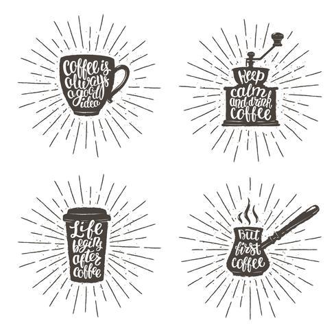 Koffie belettering in cup, grinder, pot vormen op sunburst achtergrond. Moderne kalligrafie citaten over koffie. Vintage koffie objecten instellen met handgeschreven zinnen en sturburst achtergrond. vector