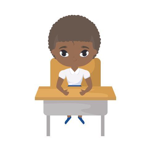 kleine student jongen afro zitten op school bureau vector