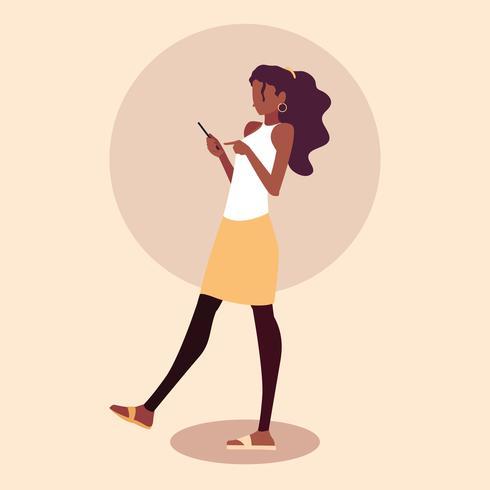 jonge vrouw afro gebruikend smartphoneapparaat vector