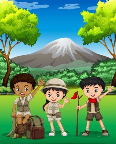 Drie kinderen wandelen in het bos vector