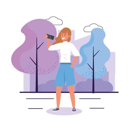 Jonge vrouw met lang haar met smartphone in park vector