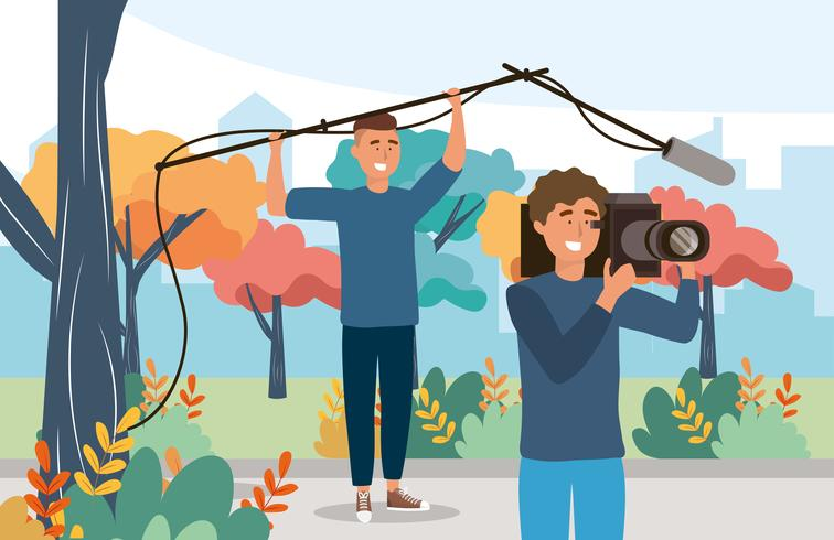 Cameramannen met microfoon filmen buiten in park vector