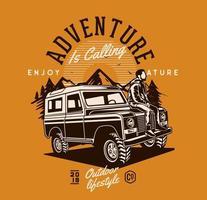 avontuur ontwerp met man zittend op de motorkap van het voertuig