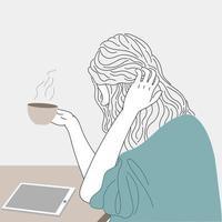 vrouw drinkt koffie tijdens het kijken naar tablet