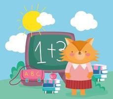 schattige vos met schoolbord en school materialen buiten
