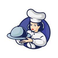 vrouwelijke chef-kok met schotel met deksel