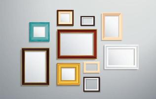 verschillende stijl fotolijsten op de muur