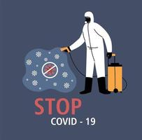 man in beschermend pak, desinfectie door coronavirus
