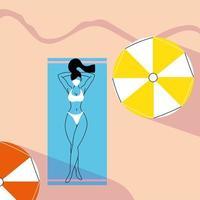 vrouw zonnebaadt op het strand in een masker
