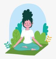 jonge vrouw het beoefenen van yoga buitenshuis
