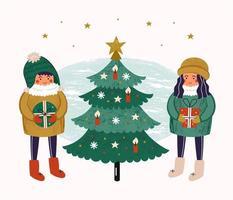 jongen en meisje in de buurt van versierde kerstboom