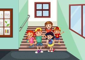 gelukkige kinderen op de gang van het schoolgebouw