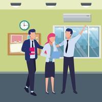 gelukkige collega's met kantoorbenodigdheden