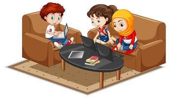 kinderen in de woonkamer op laptops