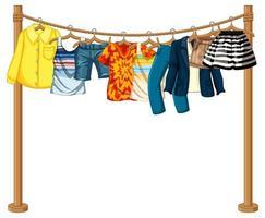 veel kleren hangen aan een lijn op een witte achtergrond