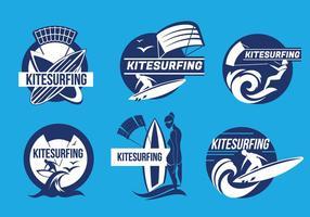 Set Kiteboarding Fun in de Oceaan Kitesurfing Label Vectoren