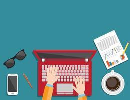 bovenaanzicht van zakenman die op een laptop werkt