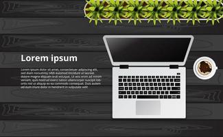 eenvoudige schone laptop op het houten bureau