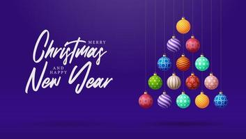 creatieve kerstboom gemaakt van kleurrijke ballen op paars